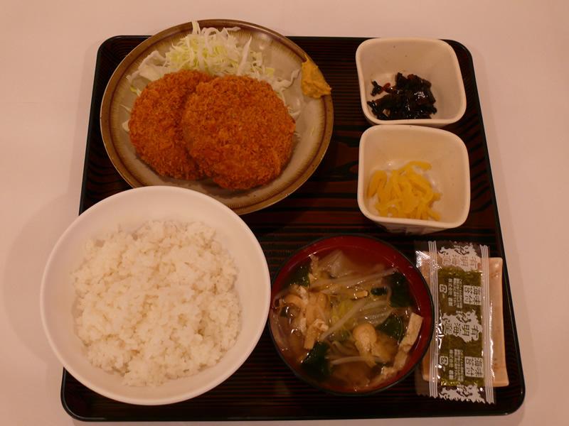 メンチカツ定食の写真